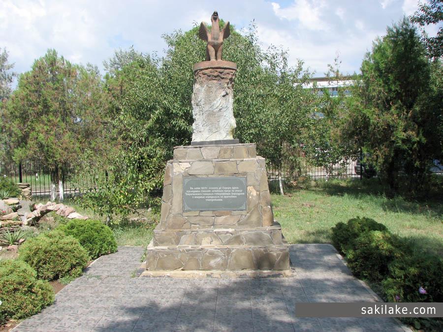 Грифон памятник в честь первого исследования грязей Сакского озера