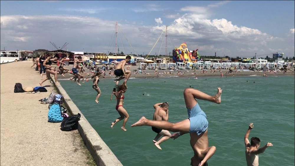 Прыжок студентов горного университета в Черное море в День военно-морской авиации